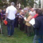 08 mai : 8 mai 2010 - Courbevoie Pour le premier Festival des mots libres dans le Parc de la mairie, les visiteurs ont participé en masse aux drôles de résolutions collectives de Jean Rossat. Un concept nouveau et intéressant dans la cité francilienne.