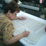 15 juin : Festival d'Aÿ Une joueuse passagère de l'Espace met les choses à plat pour résoudre la grille géante.