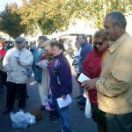 17 octobre : Festival d'Eu Les chalands du marché du vendredi matin ont fait provision de bons mots.