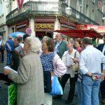 10 septembre : Festival d'Eu Devant le bureau de tabac, une rencontre de mots croisés visiblement très prisée des passants.