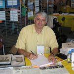 31 juillet : La Plagne - 2e Salon du Livre Joindre l'utile à l'agréable sur le stand : présenter les grilles du Temps et faire la grille de mardi... (photo R.F.)
