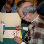 16 mars : Stamford (USA) Championnat américain Un concurrent à l'épreuve sur une grille très américaine : disposition géométrique des cases noires, pas de mot de moins de 3 lettres.