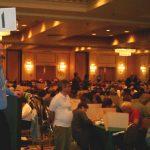 16 mars : Stamford (USA) Championnat américain Will Shortz, auteur des grilles pour le New York Times, grand organisateur du championnat américain, présentant la pancarte du temps aux concurrents : il reste 11 minutes !